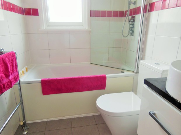 Bathroom with fuchsia accent colour FreshBeautyFix